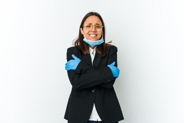 낮은 온도 또는 질병으로 인해 감기가 공백에 고립 된 covid로부터 보호하기 위해 마스크를 쓰고 젊은 비즈니스 라틴 여자.