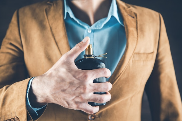 若いビジネスマンの手の香水