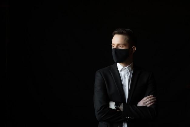 보호 마스크에 젊은 사업가. 한 남자가 코로나 19로부터 자신을 방어한다