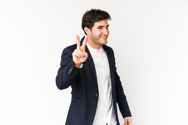 Молодой деловой человек, изолированные на белом фоне, показаны номер два пальцами.