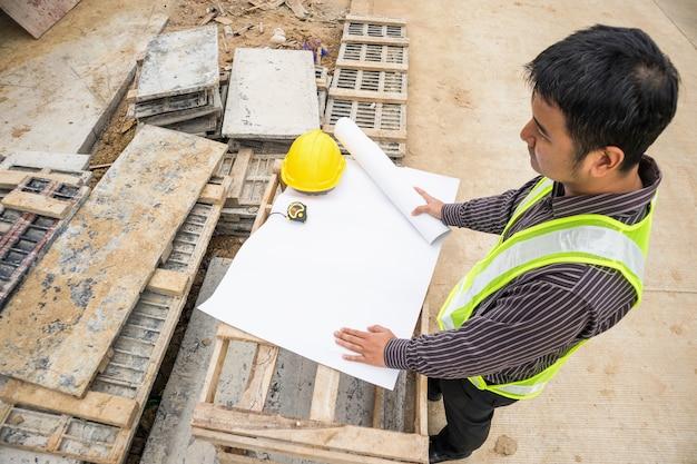 청사진 집 건물 건설 현장에서 젊은 비즈니스 남자 전문 엔지니어 작업자