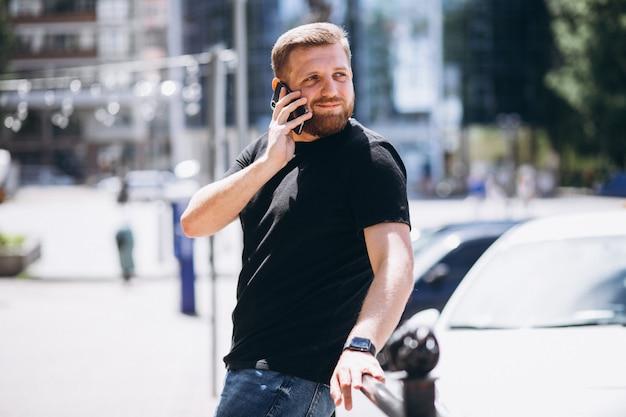 Молодой деловой человек разговаривает по телефону
