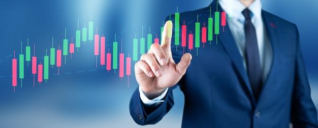 外国為替グラフに触れる若いビジネスマン。