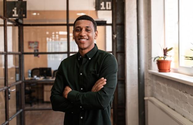 사무실 복도를 걷고 있는 젊은 사업가. 비즈니스와 사람에 대한 개념