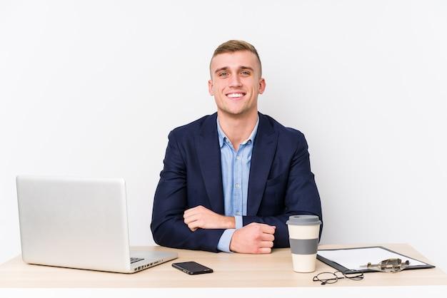 幸せ、笑顔、陽気なラップトップを持つ若いビジネス男。
