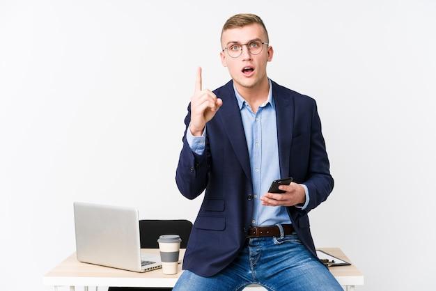 Молодой деловой человек с ноутбуком, имея идею, концепцию вдохновения.