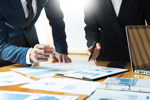Молодые бизнес-менеджеры работают над запуском проекта