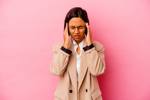 손가락으로 귀를 덮고 분홍색 배경에 고립 된 젊은 비즈니스 혼혈 여자 스트레스와 큰 소리로 주변에 의해 필사적.