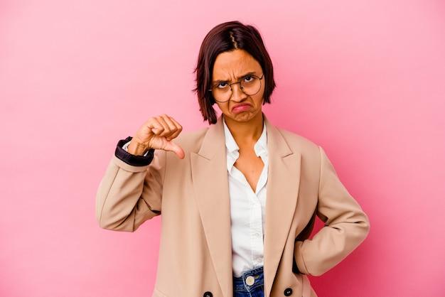 Молодая женщина смешанной расы бизнес, изолированные на розовом фоне, показывая неприязнь жест, пальцы вниз. концепция несогласия.
