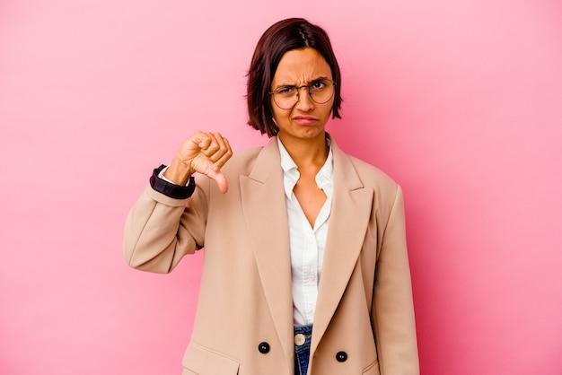 Женщина молодой бизнес смешанной расы изолирована