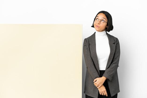 若いビジネス混血女性と大きなバナー分離背景と見上げる