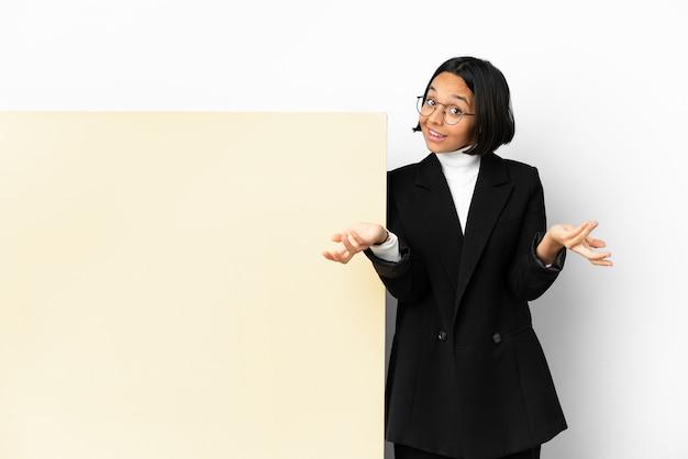 幸せで笑顔の大きなバナー分離背景を持つ若いビジネス混血女性