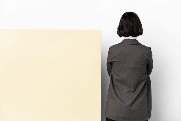 若いビジネスの混血の女性と大きなバナーの分離された背景を持つ
