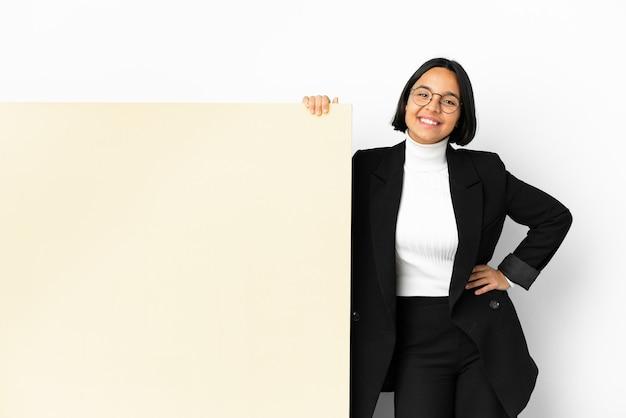 若いビジネスの混血の女性が大きなバナーの孤立した背景を持つ、腕を正面の位置で交差させたままにする