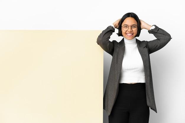 若いビジネス混血女性と大きなバナー分離背景笑い
