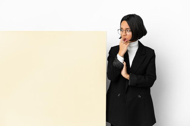 若いビジネスの混血の女性と大きなバナーの孤立した背景が緊張して怖がっている