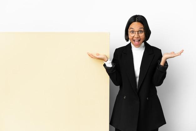 ショックを受けた表情の大きなバナー分離背景を持つ若いビジネス混血女性