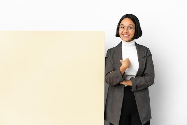 驚きの表情で大きなバナー分離背景を持つ若いビジネス混血女性
