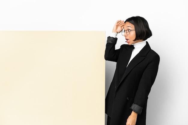 分離された大きなバナーと若いビジネス混血女性
