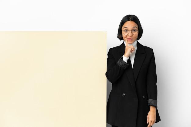 Молодая деловая женщина смешанной расы с большим знаменем на изолированном фоне и мышление