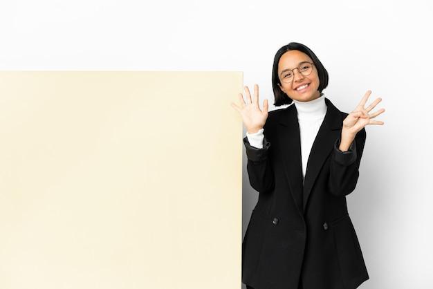 Молодая деловая женщина смешанной расы с большим знаменем на изолированном фоне, считая девять пальцами