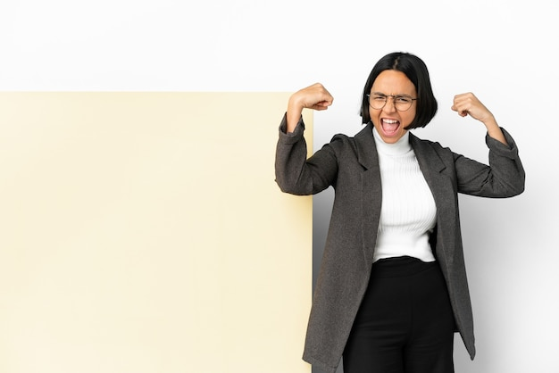 Молодая деловая женщина смешанной расы с большим знаменем на изолированном фоне делает сильный жест