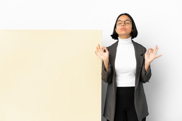 Молодая деловая женщина смешанной расы с большим баннером на изолированном фоне в позе дзен