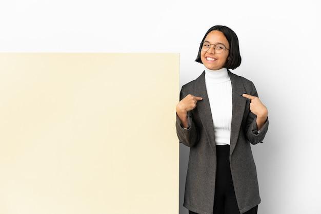 Молодая деловая женщина смешанной расы с большим знаменем на изолированном фоне, гордая и самодовольная