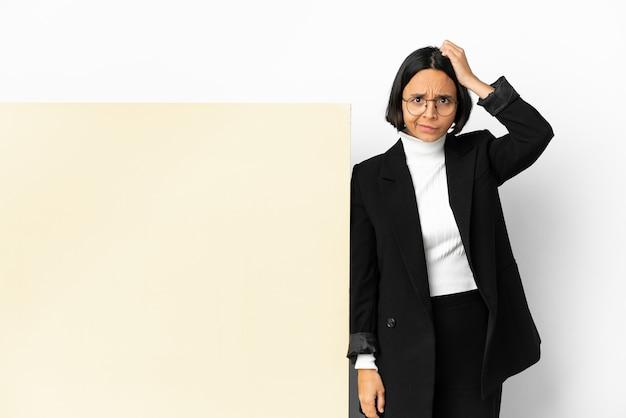 欲求不満の表現と理解していない孤立した背景の上に大きなバナーを持つ若いビジネス混血の女性