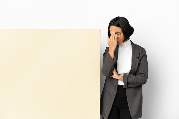 Молодая деловая женщина смешанной расы с большим знаменем на изолированном фоне с головной болью