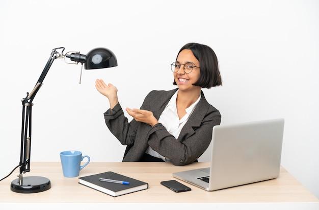 사무실에서 일하는 젊은 비즈니스 혼혈 여자가 와서 초대하기 위해 손을 옆으로 확장