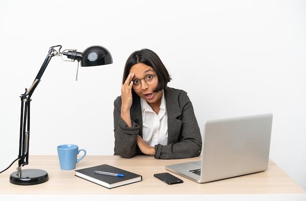 Молодая деловая женщина смешанной расы, работающая в офисе, кое-что поняла и намеревается найти решение