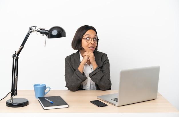 찾는 동안 의구심을 갖는 사무실에서 일하는 젊은 비즈니스 혼혈 여자