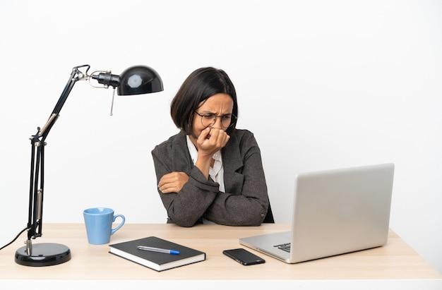 사무실에서 일하는 젊은 비즈니스 혼혈 여성