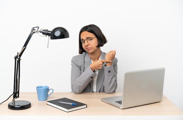 遅刻のジェスチャーをするオフィスで働く若いビジネス混血女性