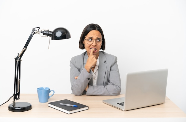 緊張して怖がっているオフィスで働く若いビジネス混血女性