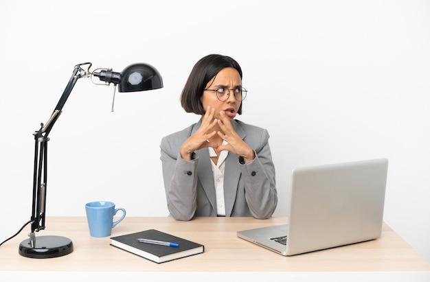 뭔가 계획 사무실에서 일하는 젊은 비즈니스 혼혈 여자
