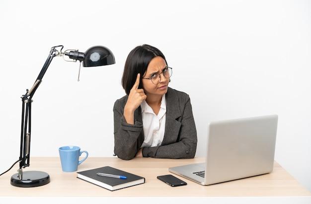 아이디어를 생각하는 사무실에서 일하는 젊은 비즈니스 혼혈 여자