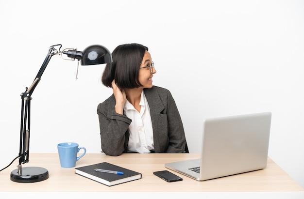 아이디어를 생각하는 사무실에서 일하는 젊은 비즈니스 혼혈 여성
