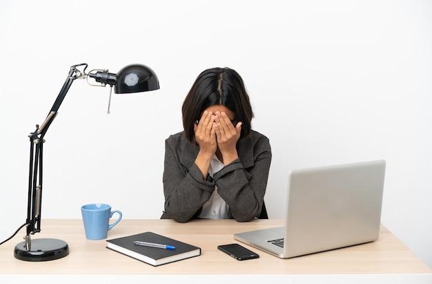 피곤하고 아픈 표정으로 사무실에서 일하는 젊은 비즈니스 혼혈 여성