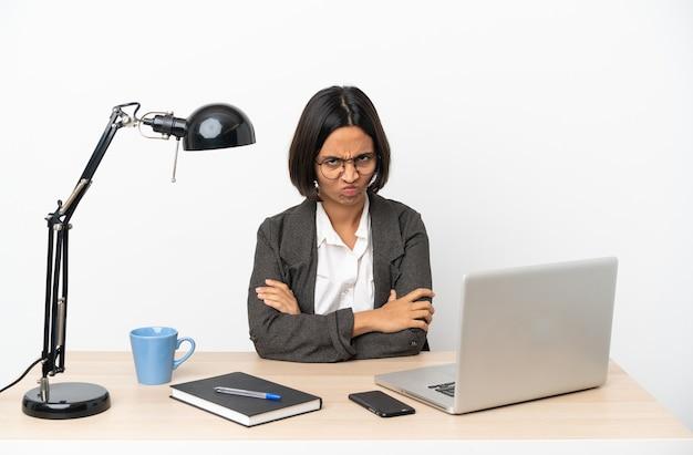 不幸な表情でオフィスで働く若いビジネス混血女性