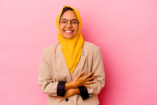 孤立した若いビジネスイスラム教徒の女性