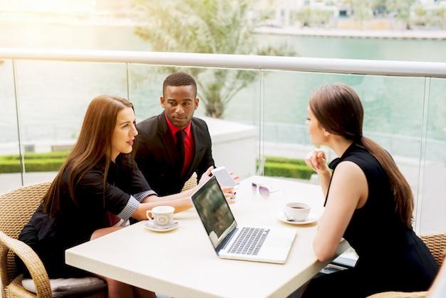 Молодые деловые партнеры обедают и делятся новыми идеями стартапа