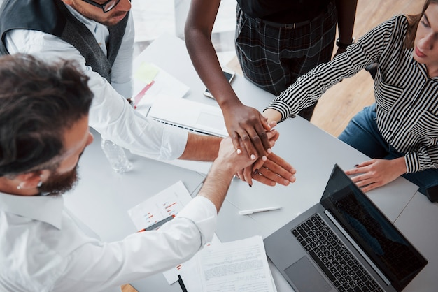 若いビジネスマンは、オフィスでの会議中に新しい創造的なアイデアを一緒に議論しています。