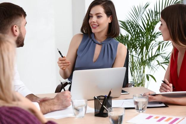 사무실에서 회의에서 젊은 사업 사람들