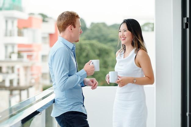 コーヒーを飲む若いビジネス人々