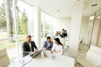 現代オフィスの若いビジネスマン