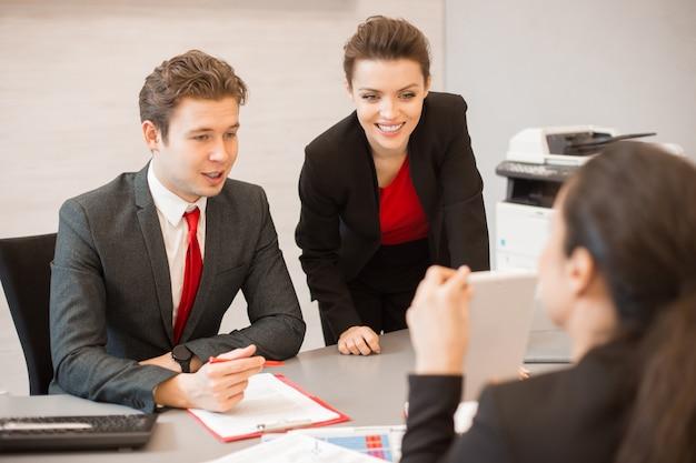 젊은 비즈니스 사람들이 최고의 회의