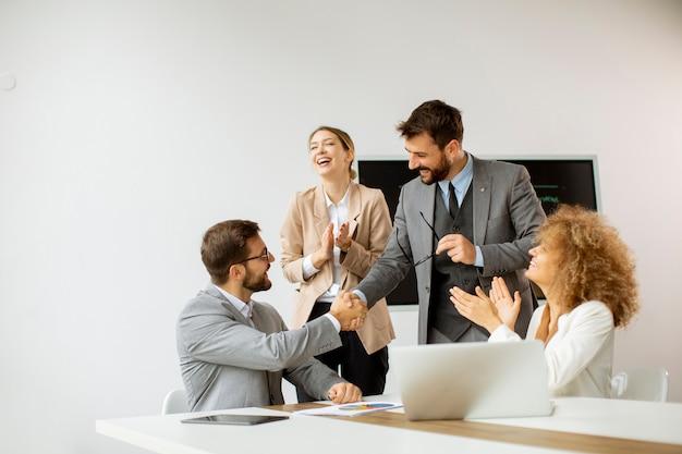 会議室の会議テーブルに座って仕事と計画戦略について話し合う若いビジネスマン