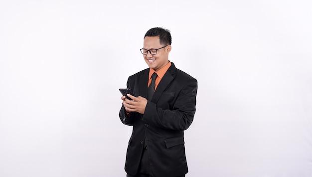 Молодые деловые люди с помощью смартфонов на белом фоне